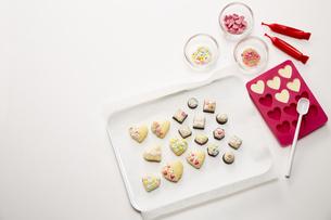 手作りクッキーにデコレーションした様子の写真素材 [FYI04680462]