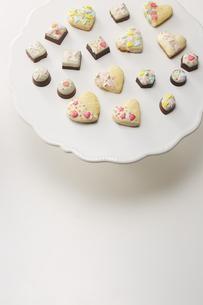 手作りのデコレーションクッキーとチョコレートの写真素材 [FYI04680464]