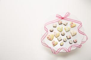 手作りのデコレーションクッキーとチョコレートの写真素材 [FYI04680465]
