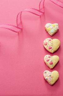 ピンクの紙の上に置かれた手作りクッキーの写真素材 [FYI04680468]
