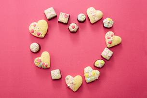 ピンクの紙の上に置かれた手作りクッキーの写真素材 [FYI04680470]