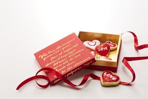 アイシングデコレーションしたクッキーとボックスの写真素材 [FYI04680477]