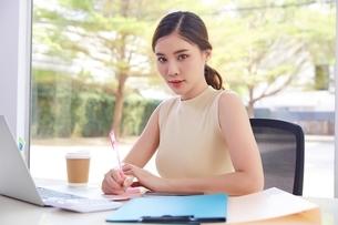 女性社員がデスクのパソコンで仕事するの写真素材 [FYI04680524]