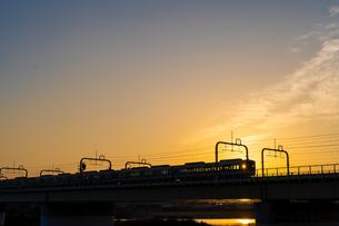 夕暮れの電車の写真素材 [FYI04680631]