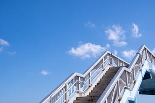 青空と歩道橋の写真素材 [FYI04680642]