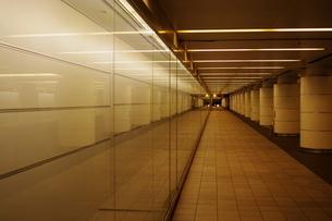長い地下通路の写真素材 [FYI04680654]