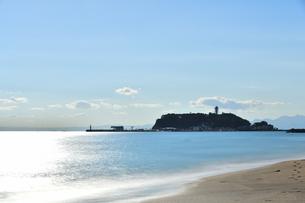 鎌倉高校駅前の海から見た江の島の写真素材 [FYI04680897]