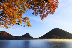 朝もやの榛名湖と榛名山 蒸気霧 けあらしの写真素材 [FYI04680921]