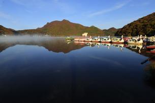 朝もやの榛名湖 蒸気霧 けあらしの写真素材 [FYI04680923]