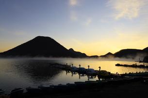 朝もやの榛名湖と榛名山 蒸気霧 けあらしの写真素材 [FYI04680924]