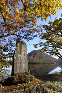 榛名湖の湖畔に立つ竹久夢二の歌碑 背景の山は榛名富士の写真素材 [FYI04680925]