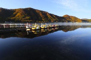 朝もやの榛名湖 蒸気霧 けあらしの写真素材 [FYI04680929]