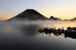 朝もやの榛名湖と榛名山 蒸気霧 けあらしの写真素材 [FYI04680930]