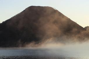 朝もやの榛名湖と榛名山 蒸気霧 けあらしの写真素材 [FYI04680931]