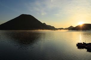 朝もやの榛名湖と榛名山 蒸気霧 けあらしの写真素材 [FYI04680932]