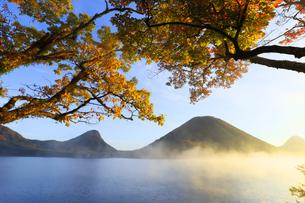 朝もやの榛名湖と榛名山 蒸気霧 けあらしの写真素材 [FYI04680934]