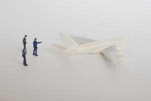 超大型機を監視する警察官のミニチュア の写真素材 [FYI04680937]