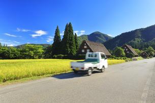 世界文化遺産 秋の白川郷合掌造り集落に軽トラックの写真素材 [FYI04680940]