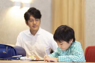 自宅で勉強する男の子の写真素材 [FYI04680952]