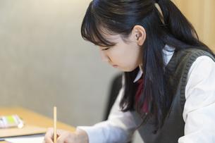 自宅で勉強する女子高生の写真素材 [FYI04680957]