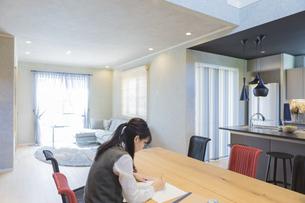 自宅で勉強する女子高生の写真素材 [FYI04680964]
