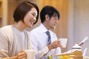 朝食を食べる家族の写真素材 [FYI04680990]