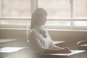 教室にいる女子高生の写真素材 [FYI04681446]