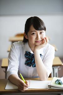 ペンを持って考える女子高生の写真素材 [FYI04681450]