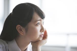 悩む女子高生の写真素材 [FYI04681454]