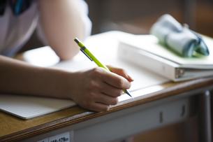 ペンを持つ女子高生の写真素材 [FYI04681463]
