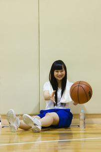 バスケットボールと女の子の写真素材 [FYI04681471]