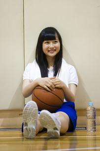 バスケットボールを持つ女の子の写真素材 [FYI04681472]