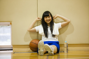 休憩で伸びをする女の子の写真素材 [FYI04681473]