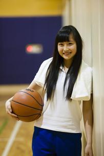 バスケットボールを持つ女の子の写真素材 [FYI04681474]