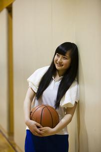 バスケットボールを持つ女の子の写真素材 [FYI04681475]