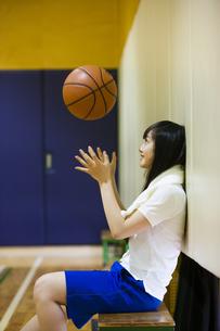 バスケットボールを上に投げる女の子の写真素材 [FYI04681476]