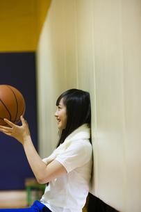 バスケットボールを持つ女の子の写真素材 [FYI04681477]