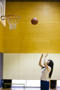 バスケットボールをする女の子の写真素材 [FYI04681478]