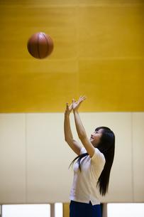 バスケットボールをする女の子の写真素材 [FYI04681479]