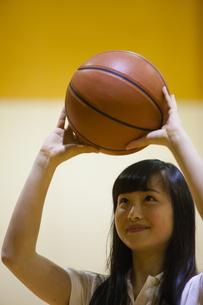バスケットボールをする女の子の写真素材 [FYI04681480]