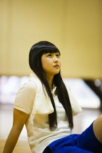 体育館の床に座る女の子の写真素材 [FYI04681483]