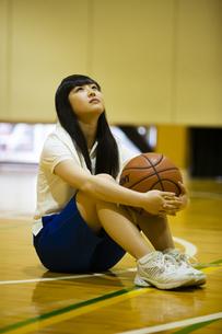 バスケットボールを持つ女の子の写真素材 [FYI04681485]