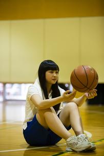 バスケットボールを持つ女の子の写真素材 [FYI04681486]