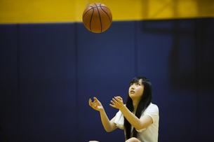 バスケットボールを上に投げる女の子の写真素材 [FYI04681487]