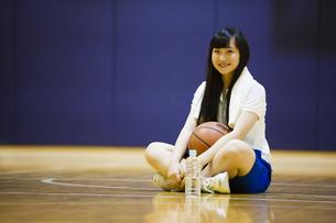 体育館の床に座る女の子の写真素材 [FYI04681490]