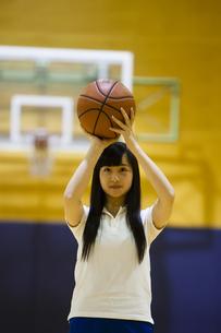 バスケットボールをする女の子の写真素材 [FYI04681491]