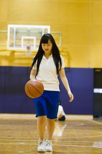 バスケットボールをドリブルする女の子の写真素材 [FYI04681492]