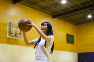 バスケットボールをする女の子の写真素材 [FYI04681493]