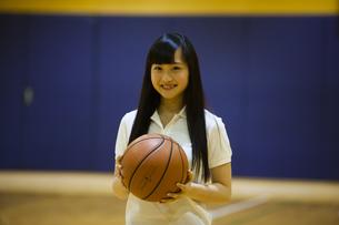 バスケットボールを持つ女の子の写真素材 [FYI04681494]