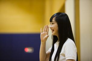 応援する女の子の写真素材 [FYI04681495]